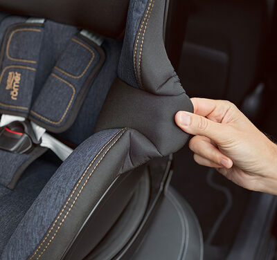 https://www.britax-roemer.cz/dw/image/v2/BBSR_PRD/on/demandware.static/-/Library-Sites-BritaxSharedLibrary/default/dw8c07be48/Features/CarSeats/Feature-CS-QuickRemoveCover-9002.jpg?sw=400&sh=400&sm=fit